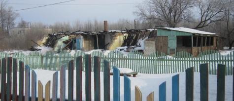 В Милославском более двух лет не могут разобрать сгоревший корпус детского сада, мимо которого ходят дети 1_7578